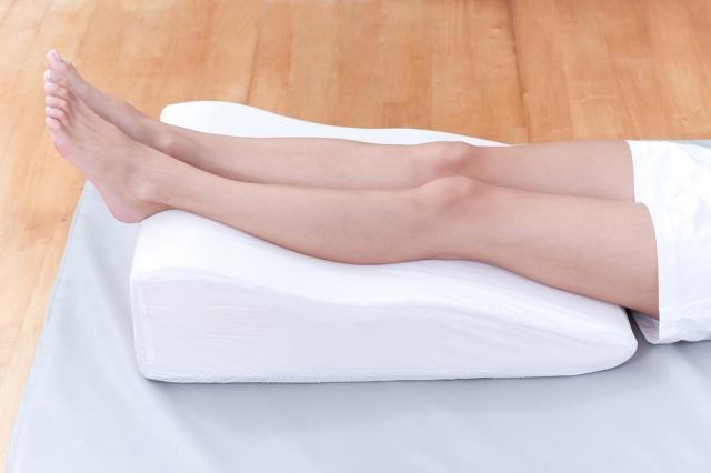 На что может быть аллергия на ногах красными пятнами