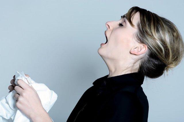 чихает женщина