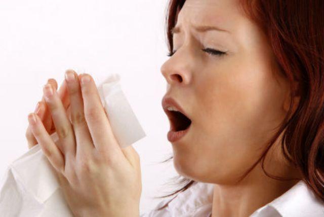 Частое чихание: причины приступов и симптомы заболеваний у детей и взрослых